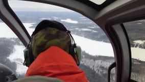 Pilota prendendo uno sharp restituisca l'elicottero archivi video