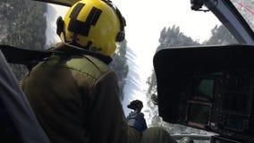 Pilota prendendo uno sharp restituisca l'elicottero video d archivio