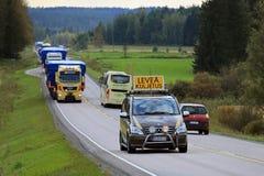Pilota Vehicle Leads Convoy di ampi trasporti del carico Fotografia Stock Libera da Diritti