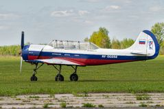 Pilotageflygplanet Yak-52 tar av Yalutorovsk Royaltyfria Foton