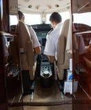 PilotAnd Copilot Operating privat stråle royaltyfria bilder