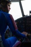 Pilote attirant de femme à l'avion de roue Images libres de droits