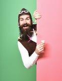 Pilote barbu beau de sourire Photographie stock libre de droits