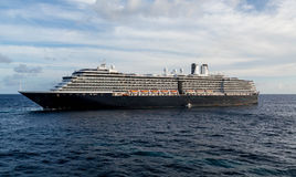 Pilote Boat par le bateau de croisière noir et blanc massif Photo stock