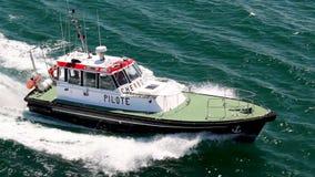 Pilote Boat Sailing Near Cherbourg banque de vidéos