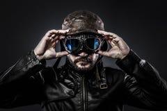 Pilote d'avion de chasse attirant avec l'ère de chapeau et en verre Image libre de droits