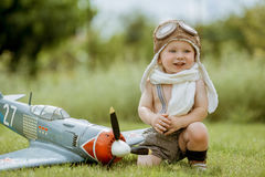 Pilote d'enfant Enfant jouant dehors Pilote d'enfant avec jetpack AG de jouet Image stock