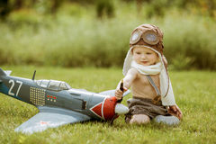 Pilote d'enfant Enfant jouant dehors Pilote d'enfant avec jetpack AG de jouet Images stock