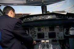 Pilote dans l'avion Image stock