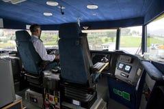 Pilote dans le deckhouse du petit bateau de plaisir Image libre de droits