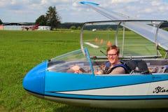 Pilote dans le planeur L-13 Blanik Image stock