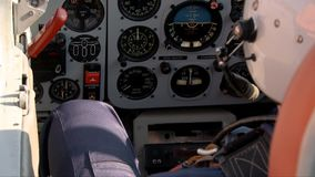 Pilote dans une vid?o plate de cabine clips vidéos