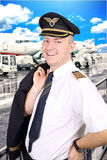 pilote de sourire à l'aéroport Photo stock