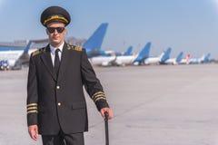 Pilote de sourire assurément dans l'aéroport Photos libres de droits
