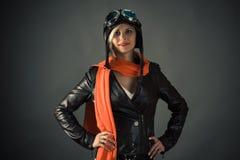 Pilote de sourire de femme dans l'écharpe rouge dans le casque d'aviateur Image stock