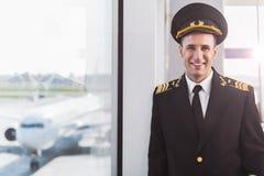 Pilote de sourire hilare dans l'aéroport Photo libre de droits