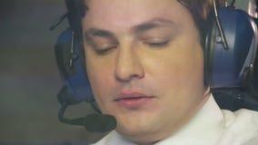 Pilote de transpiration surchargé s'asseyant dans l'habitacle, vol difficile, problèmes banque de vidéos