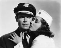 Pilote et hôtesse ayant le moment romantique (toutes les personnes représentées ne sont pas plus long vivantes et aucun domaine n Image stock