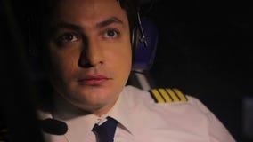 Pilote fasciné regardant les lumières du nord, appréciant la vue de la carlingue d'avion banque de vidéos