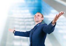 Pilote heureux d'avions de jeune homme au-dessus du bâtiment moderne en verre Photo stock