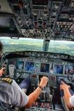 Pilote Landing un avion photo libre de droits