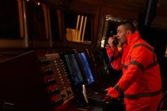 Pilote/navigateur sur le pont du ` s de bateau Image libre de droits