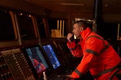 Pilote/navigateur sur le pont du ` s de bateau Images stock