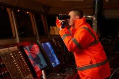 Pilote/navigateur sur le pont du ` s de bateau Photos stock