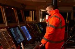Pilote/navigateur sur le pont du ` s de bateau Image stock