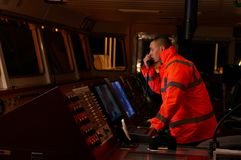 Pilote/navigateur sur le pont du ` s de bateau Images libres de droits