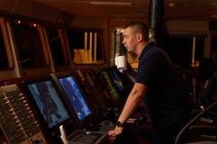 Pilote/navigateur sur le pont du ` s de bateau Photographie stock libre de droits