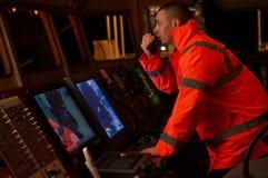 Pilote/navigateur sur le pont du ` s de bateau Photo libre de droits