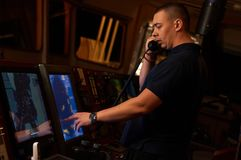 Pilote/navigateur sur le pont du ` s de bateau photographie stock
