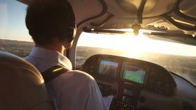 Pilote privé Flying d'avion à la vue de coucher du soleil banque de vidéos
