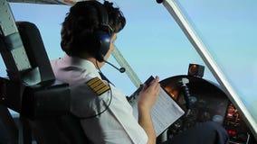 Pilote professionnel complétant des papiers de vol tout en pilotant l'avion, profession banque de vidéos
