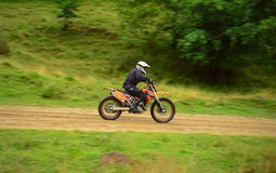 Pilote sur la moto d'enduro outre de la route Images stock
