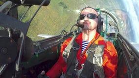 Pilote tener sobrecarga en la carlinga de un avión de jet metrajes