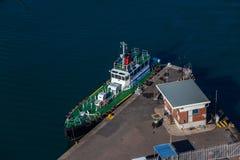 Pilote Tug Mooring Overlooking de port photographie stock