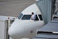 Pilote vérifiant son aicraft Photographie stock libre de droits