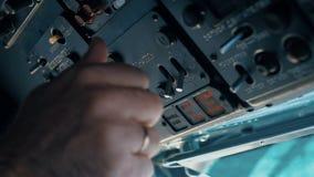 Piloten av helikoptern förbereder sig för flyget lager videofilmer