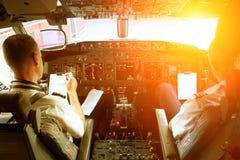 Piloten, die in einem Flugzeug arbeiten stockfoto