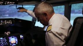 Piloten förbereder sig att flyga i kabinen av en passagerarenivå stock video