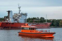 Piloten förväntar skepp i port Royaltyfria Bilder