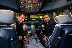 Piloten in Flugzeugen Emirat-Airbusses A380 nach der Landung Stockbild