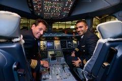 Piloten in Flugzeugen Emirat-Airbusses A380 nach der Landung Lizenzfreie Stockfotos