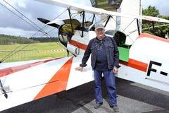 Piloten framme av hans biplan som är klar för start Arkivfoto