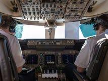 Piloten im Cockpit stockbild