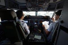 Piloten im Cockpit von Passagierflugzeugen stockfoto