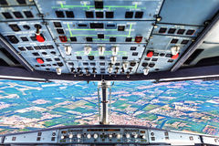 Piloten im flachen Cockpit stockfotografie