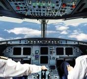 Piloten im flachen Cockpit lizenzfreie stockfotografie